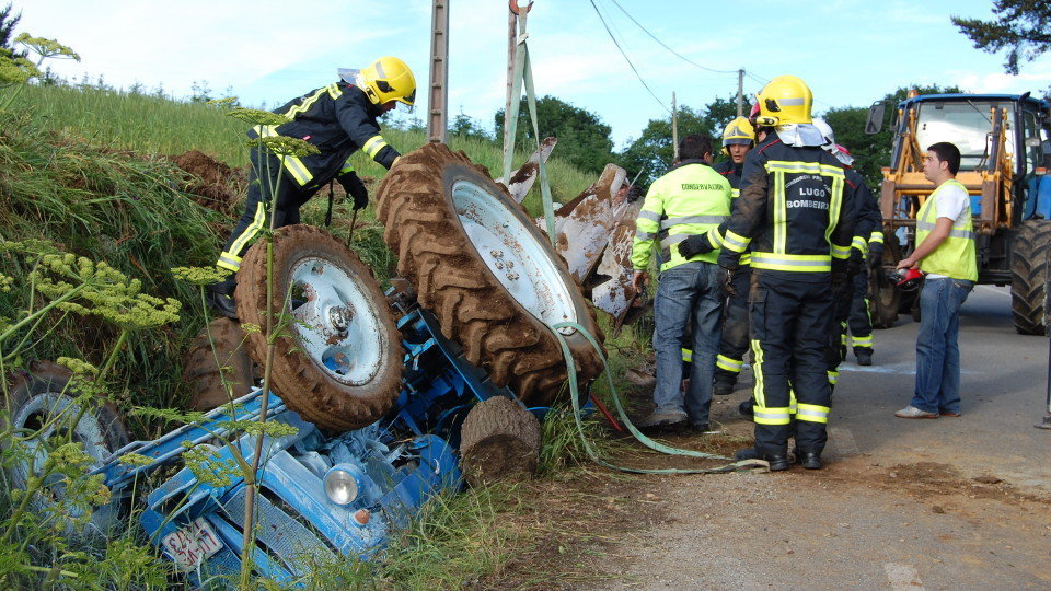 Tractor accidentado. CRISTINA ARIAS (AEP)