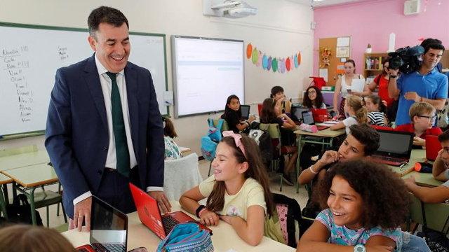 Román Rodríguez inaugura el curso de infantil y primariaen el CEIP Rosalía de Castro de Lugo. ELISEO TRIGO