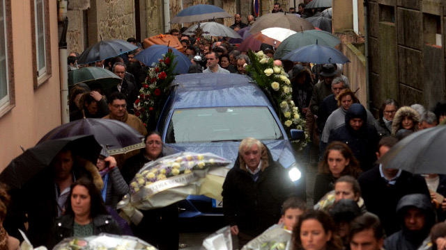 A Illa despide a Iván Harry Otero nun funeral multitudinario e emotivo