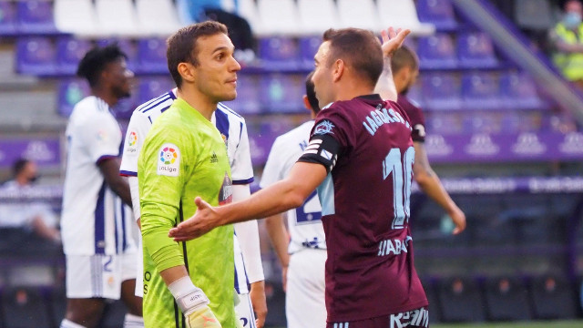 Iago Aspas conversa co gardameta do Real Valladolid, Masip. EFE