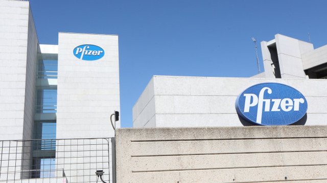 Logo de Pfizer no edificio dos laboratorios da marca en Madrid. EUROPA PRESS